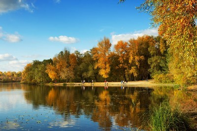 秋天的河流景观