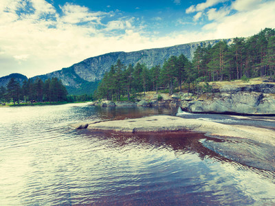 山区河流夏季美丽的看法