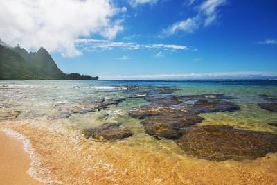 美国夏威夷考艾岛的地道海滩上的美丽景色