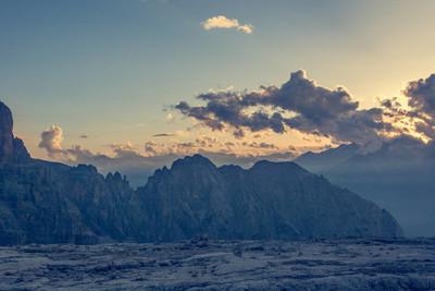 壮观的山风景在日落