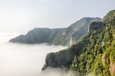 在洁白的云朵的悬崖