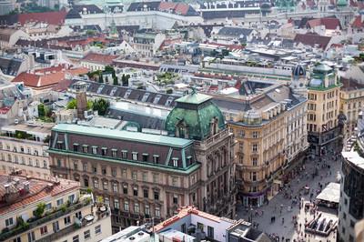 从圣斯蒂芬大教堂, 奥地利维也纳的老镇的最高的看法。欧洲城市瓷砖屋顶