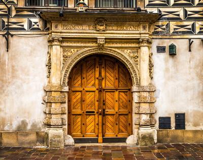 旧建筑物门