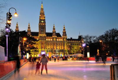 维也纳,奥地利、 iceskater 和冬季的旧市政厅。
