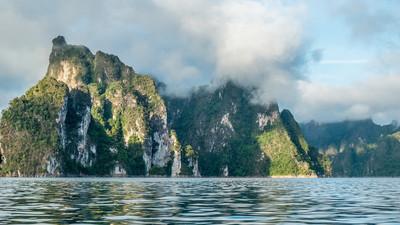 """""""考叔""""山、 湖在素叻他尼府,泰国"""