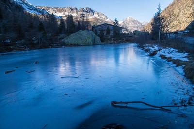 法国阿尔卑斯山的冰冻湖泊