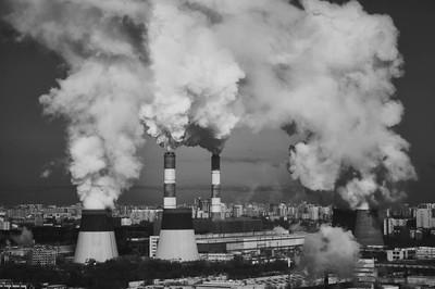 工业吸烟烟囱。臭氧层的破坏