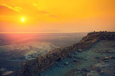 在马萨达堡垒的美丽日出。境沙漠的希律王宫殿的废墟