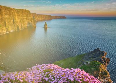 美丽的风景景观海景农村自然农村在爱尔兰。史诗与悬崖和山野生大西洋路上风光