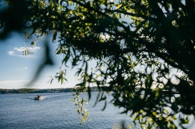 美丽的湖泊在夏天。自然