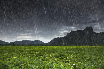 在考吉安 Lae,山在泰国华富里雨落下