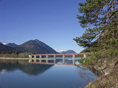 桥梁在 Sylvenstein 水库湖