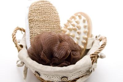 按摩刷和海绵在篮子里