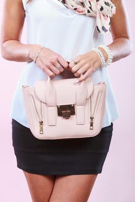 时尚女孩抱着袋手提包