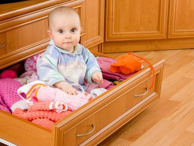 宝宝坐在衣柜里