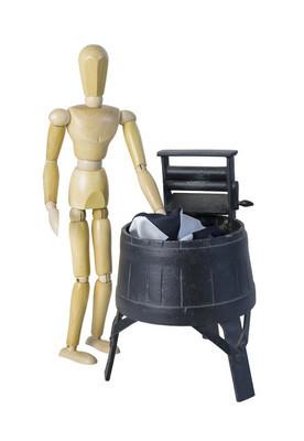 在挤压辊的老式洗衣机洗衣服