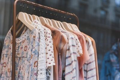巴黎一家精品店的时尚服装