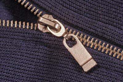 拉链的蓝色毛衣