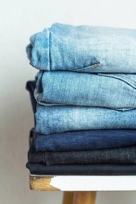 一堆的牛仔裤的不同色调特写