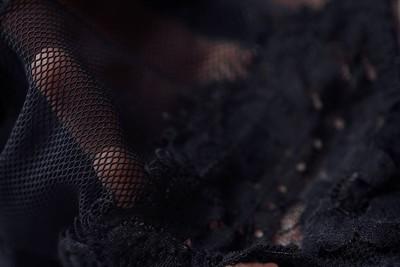 美丽精致的透雕黑色花边牵手