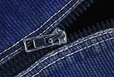 在牛仔裤织物上的拉链