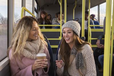 两名女子在一辆公交车上聊天