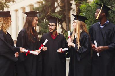 毕业日多民族学生组