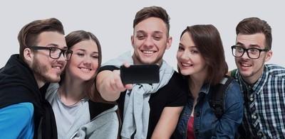 群快乐青少年学生孤立在白色背景上的自拍照合影