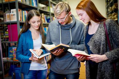 大学生在图书馆