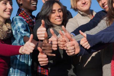 快乐大学生与竖起大拇指