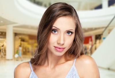 年轻女子用化妆品