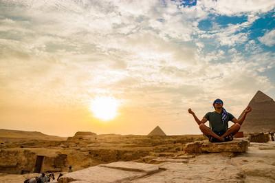 在开罗,埃及金字塔附近的冥想