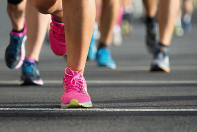 马拉松赛跑,路上跑步者脚