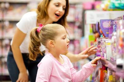 母亲和女儿购物