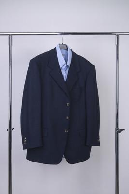 外套和衬衣在衣架