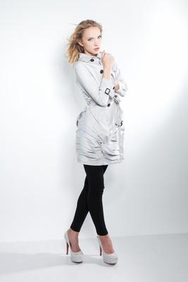 gra 灰色外套的时尚美丽金发女孩的图片