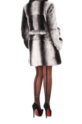 女人穿着灰色的皮毛外套