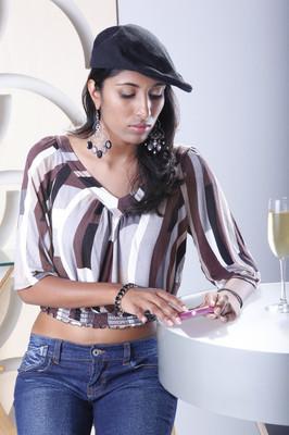喝红酒的女人发短信