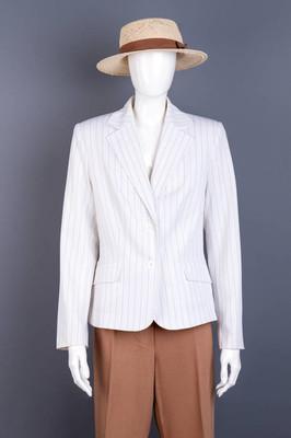 带褐色丝带和长裤的帽子