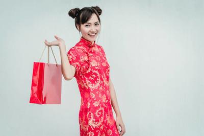 亚洲女子手持购物袋, 女装旗袍, 中式