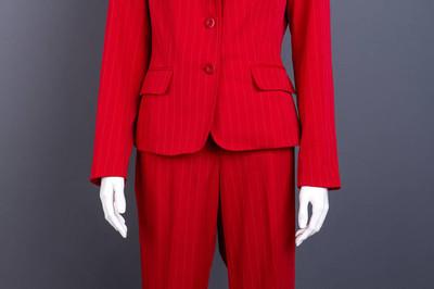 为妇女关闭红色夹克和长裤