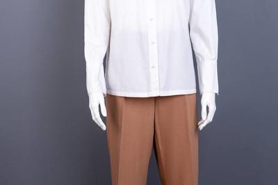 穿着女式衬衫和长裤的模特