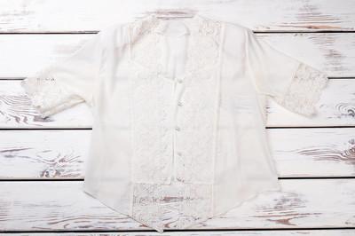 带花边的女式白色真丝上衣