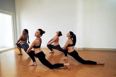 运动女装在舞蹈工作室中的实践表演