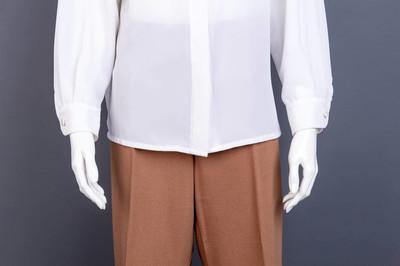 合上雪纺衬衫和棉长裤