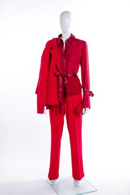 红色西装、长裤、上衣和钱包