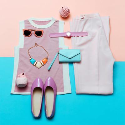 衣服和配件。粉红佳人。复古的风格。顶视图。总和