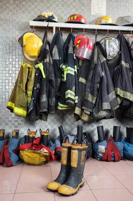 在消防站的消防员制服