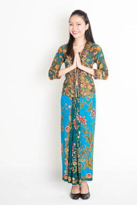 蜡染的东南亚女人穿衣服的问候