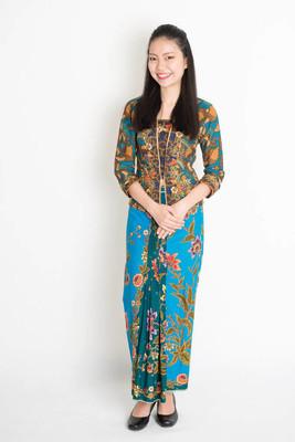 在蜡染服饰微笑东南亚洲女孩